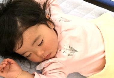 お昼寝する乳児